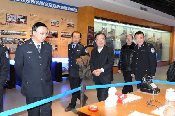 郝光东副市长陪同公安部政治部宣传局副局长刘世斌一行开展2016年春节前走访慰问活动