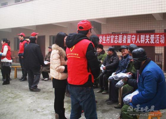 大学生村官开展留守人群新年关爱活动