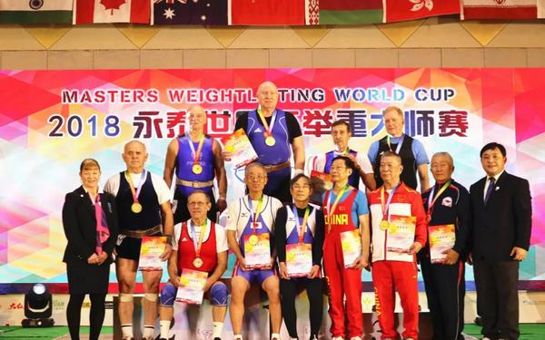 87岁选手举起58公斤夺冠